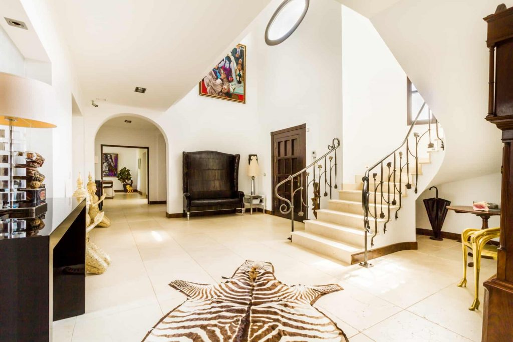 Los Halcones, San Roque Club. Palatial stay & play villa. Entrance hall.